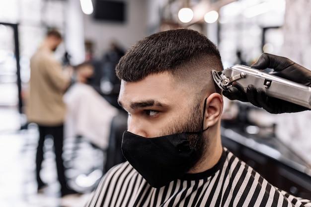 Taglio di capelli in quarantena. taglio di capelli nelle maschere del virus. capelli e assistenza sanitaria. taglio di capelli uomo in