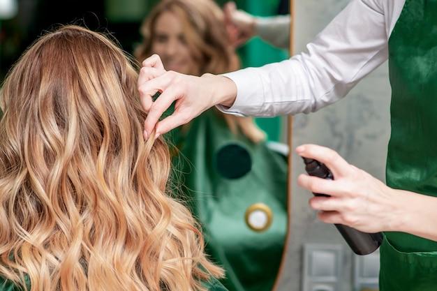Taglio di capelli da parrucchiere.