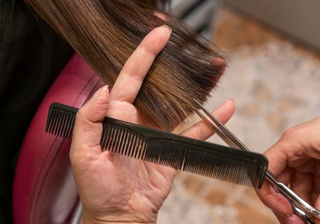 Parrucchiere che si prende cura dei capelli di un cliente presso il salone
