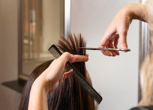 Parrucchiere che si prende cura dei capelli di un cliente