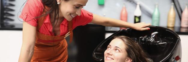 Il parrucchiere dice alla cliente come lavarsi correttamente i capelli