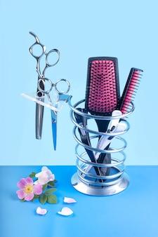 Set parrucchiere di forbici e spazzole e fiori