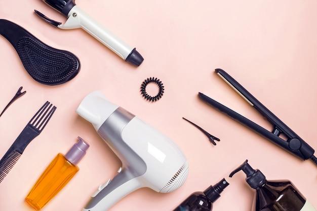 Prodotti per la cura dei capelli e la cura su sfondo rosa