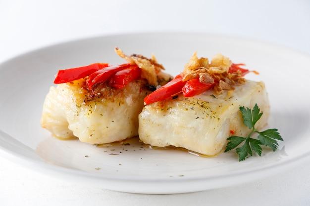 Filetti di nasello con peperoni e prezzemolo
