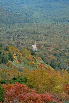 Funivia di hakkoda nella prefettura di aomori con foglie d'autunno. una vista meravigliosa sulle montagne di hakkoda.