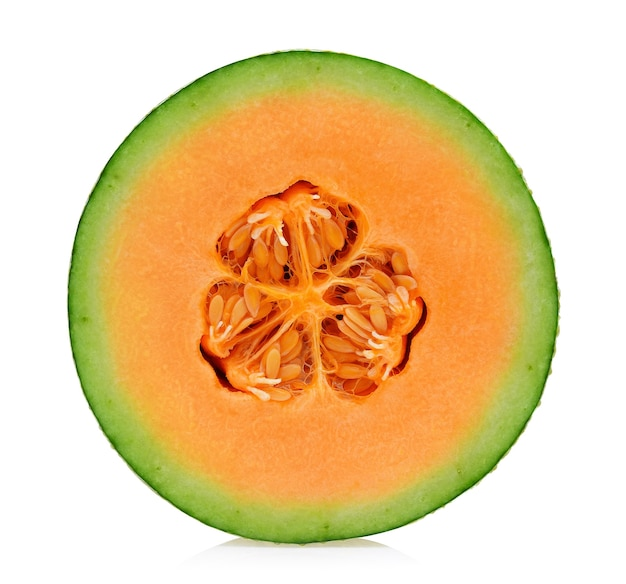 Una metà di melone cantalupo isolato