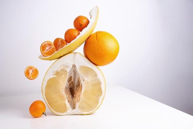 Metà di pomelo fresco e succoso e agrumi