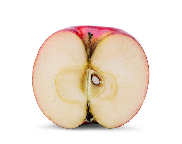 Metà della mela rossa fresca e del seme, isolati su priorità bassa bianca.