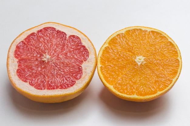 Metà pompelmo e metà arancia, da vicino. vista dall'alto