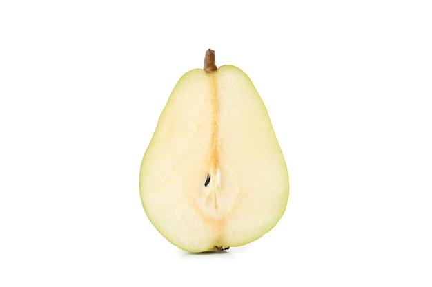 Metà della pera verde isolata su bianco