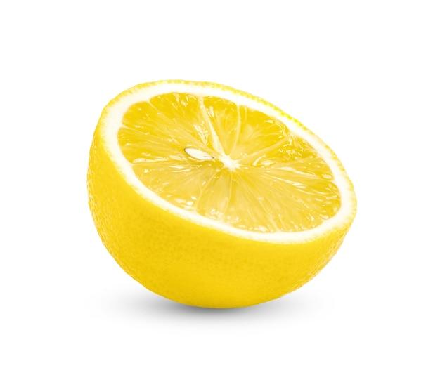 Mezzo limone isolato su sfondo bianco
