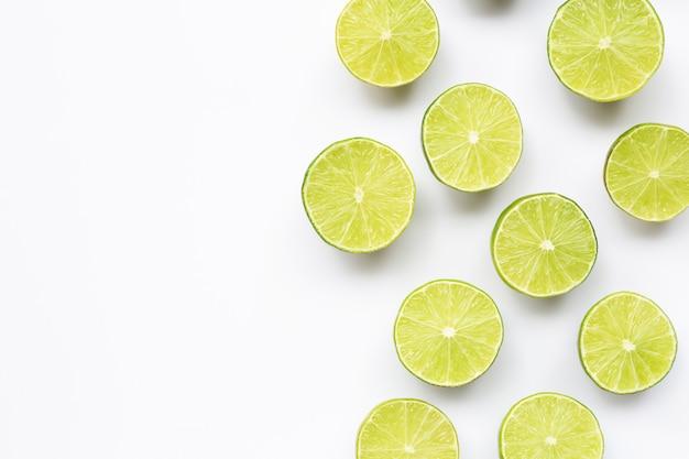 Mezze lime su bianco