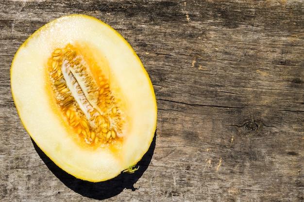 Metà del melone su fondo di legno rustico
