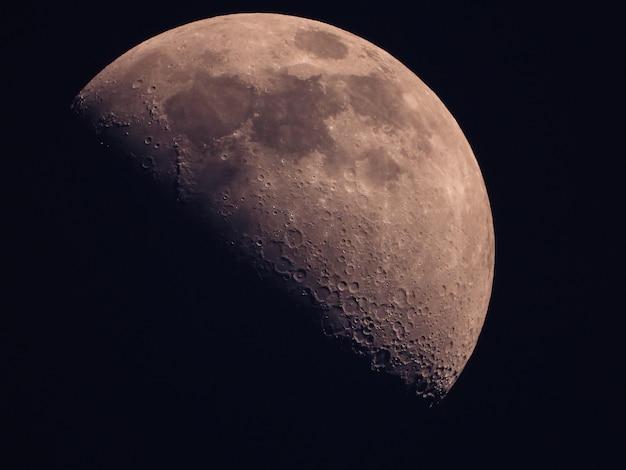 Sullo sfondo di mezza luna