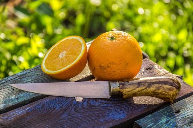 Mezza arancia e un coltello da cucina