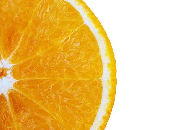 Mezza arancia con la consistenza della polpa su fondo bianco
