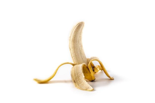 Metà banana sbucciata isolata