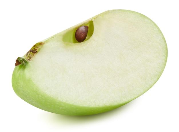 Metà della mela verde matura isolata su bianco. immagine ravvicinata di fette di mela verde