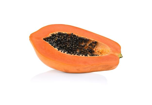 Metà della frutta matura della papaia con i semi isolati