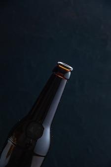Mezzo colpo di bottiglia di vetro su sfondo nero con spazio libero in vista verticale
