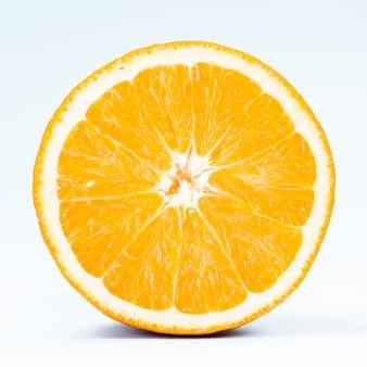 La metà di arancia tropicale su sfondo bianco