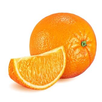 Metà e interi frutti di arance mature isolati su sfondo bianco. profondità di campo completa (tutti i dettagli a fuoco).