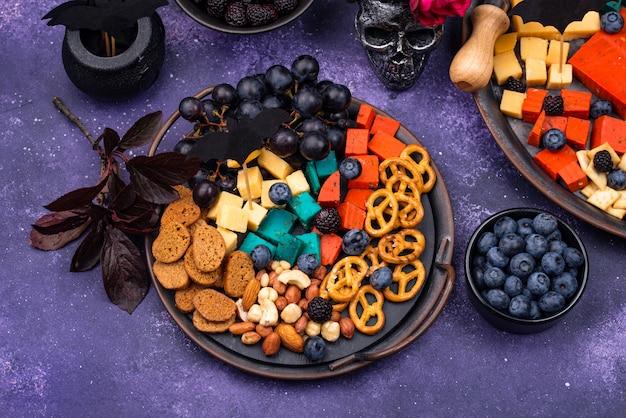 Antipasti di halloween. piatto di formaggi con snack
