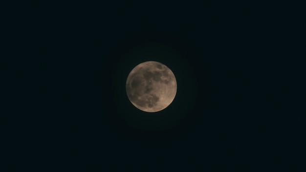 Sfondo di halloween. luna piena nuvola scura di notte