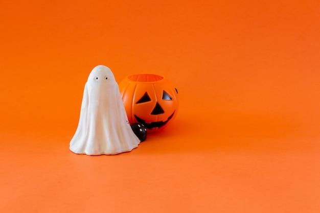 Banner di halloween con cesto di caramelle fantasma e zucca. messa a fuoco selettiva. bambini. copia spazio.