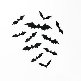 Decorazioni di pipistrello di halloween su sfondo bianco