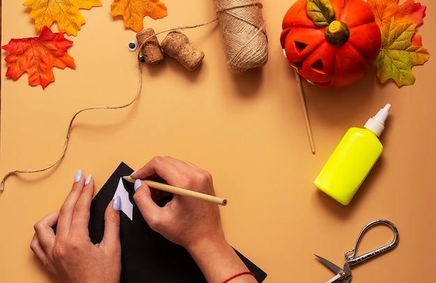 Giocattolo pipistrello di halloween. progetto artistico per bambini, artigianato per bambini. passo 2.