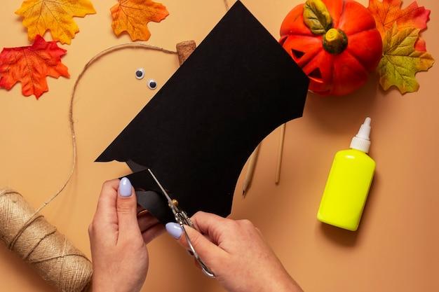 Giocattolo pipistrello di halloween. progetto artistico per bambini, artigianato per bambini. passaggio 3.
