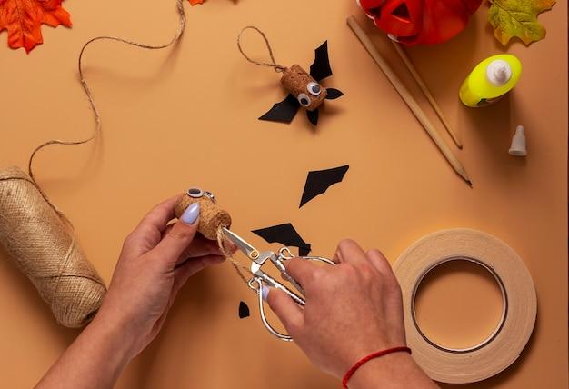 Giocattolo pipistrello di halloween. progetto artistico per bambini, artigianato per bambini. passaggio 5.