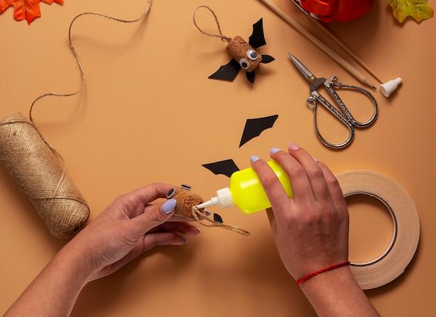 Giocattolo pipistrello di halloween. progetto artistico per bambini, artigianato per bambini. passaggio 6.