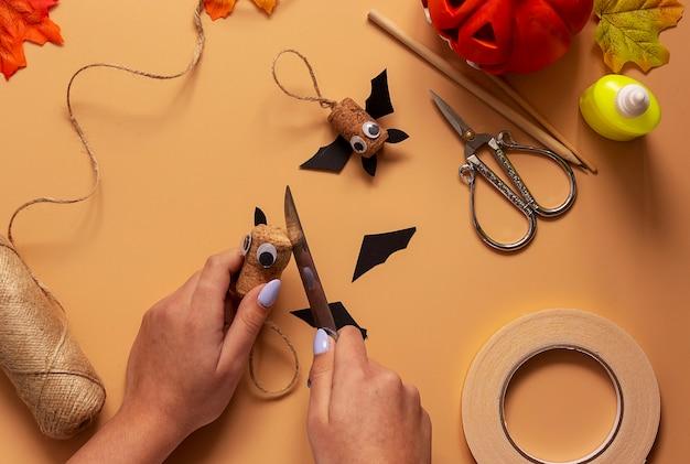 Giocattolo pipistrello di halloween. progetto artistico per bambini, artigianato per bambini. passaggio 7.