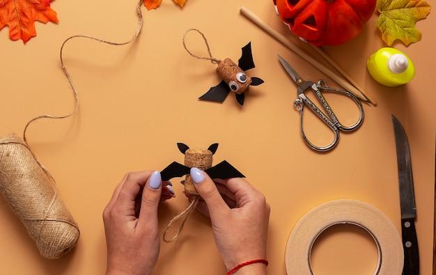 Giocattolo pipistrello di halloween. progetto artistico per bambini, artigianato per bambini. passaggio 8.