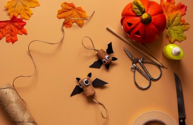 Giocattolo pipistrello di halloween. progetto artistico per bambini, artigianato per bambini. passaggio 9.