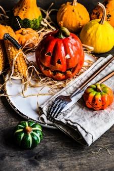 Concetto di carta di halloween con zucca autunnale