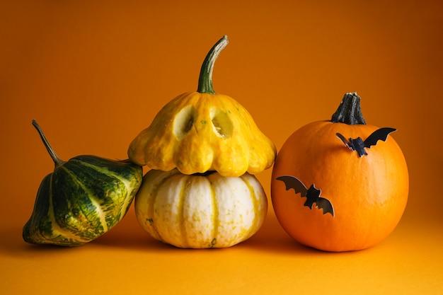 Concetto di halloween. decorazioni di halloween su sfondo arancione.