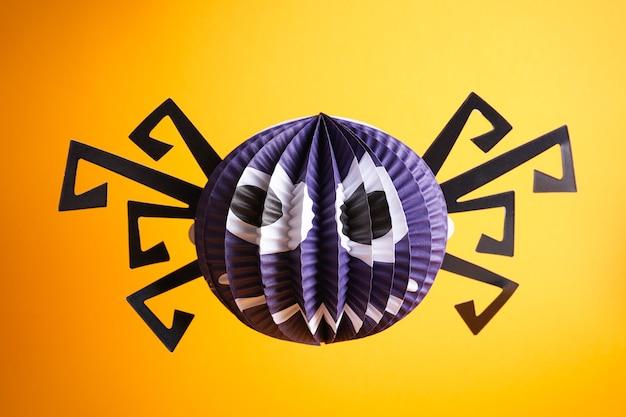 Concetto di halloween. decorazioni di halloween, ragno su sfondo giallo.