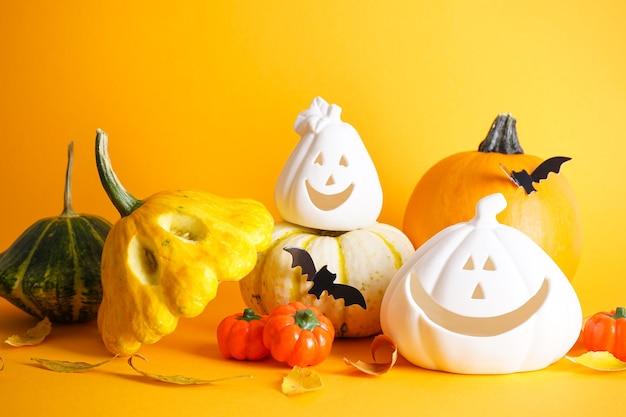 Concetto di halloween. decorazioni di halloween su sfondo giallo.