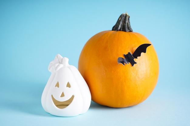 Concetto di halloween. zucche di halloween e pipistrello su sfondo blu, primo piano.