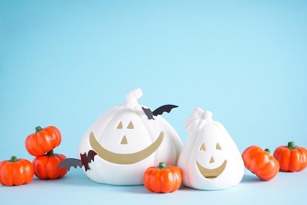 Concetto di halloween. zucche di halloween e pipistrelli su sfondo blu, spazio per il testo.