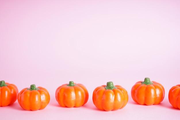 Concetto di halloween. zucche di halloween su sfondo rosa, spazio per il testo.