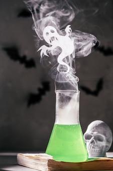 Concetto di halloween bottiglia da laboratorio con piccolo fantasma