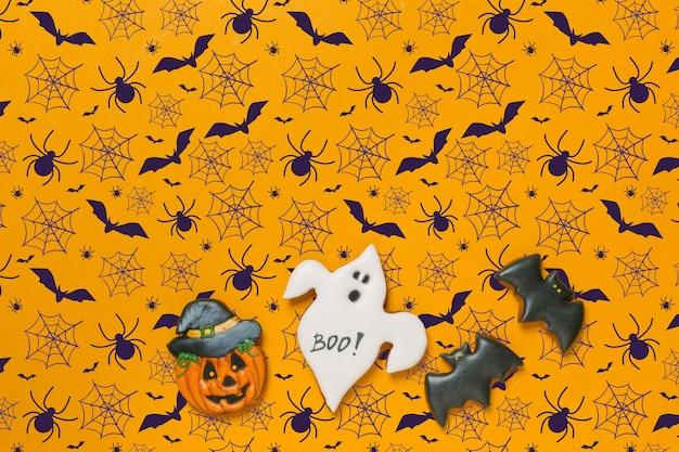 Concetto di halloween con biscotti di panpepato per lo sfondo, spazio di copia