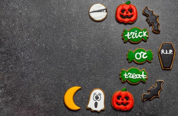 Biscotti di halloween sullo spazio della copia del fondo di pietra