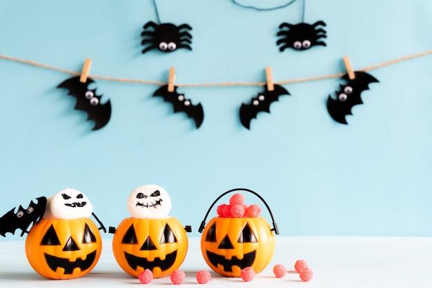 Mestieri di halloween sulla tavola di legno con lo spazio della copia per testo. concetto di halloween.