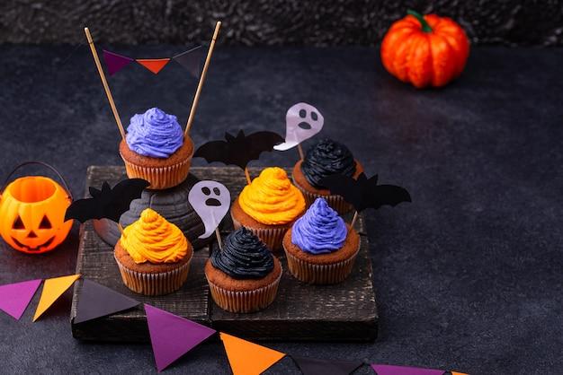 Cupcakes di halloween con crema colorata