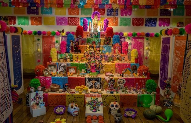 Halloween - altare del giorno dei morti (dia de los muertos) con zucchero, teschi, angeli e candele